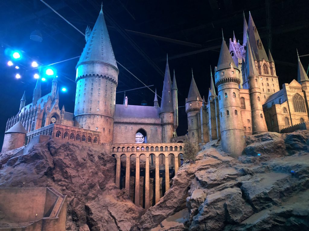 Una squadra di 86 persone ha costruito la prima versione del castello di Hogwarts per 'Harry Potter e la Pietra Filosofale'.