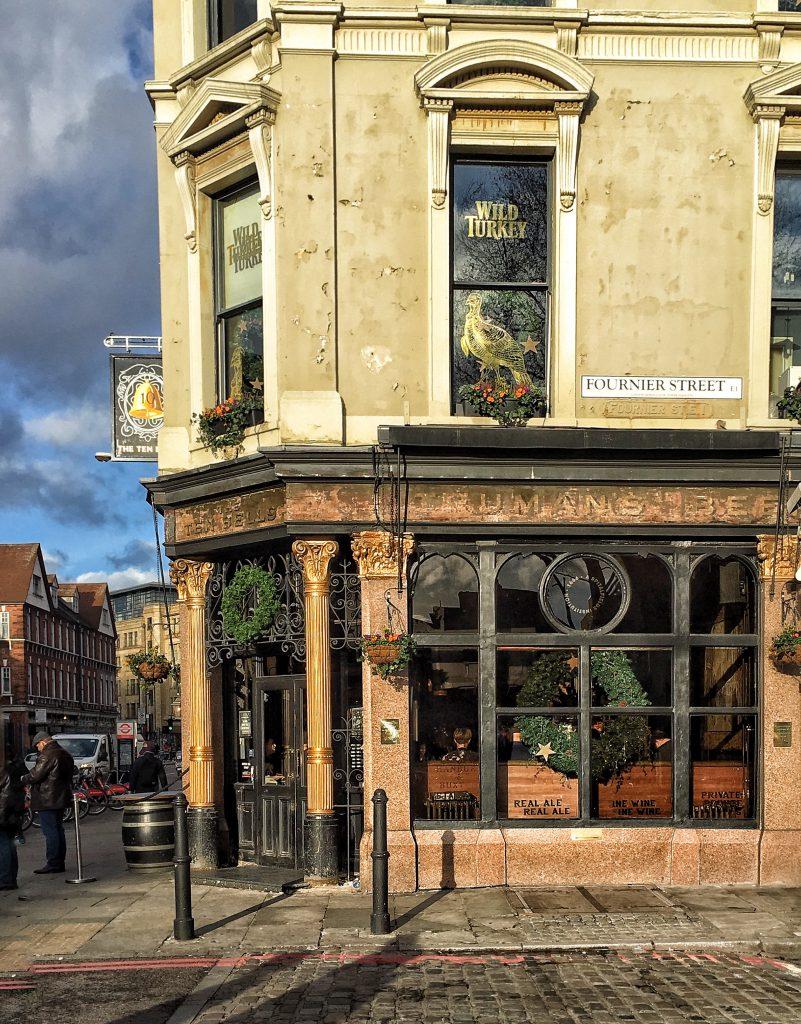 Il pub Ten Bells sembra visitato dai fantasmi delle vittime di jack Lo Squartatore
