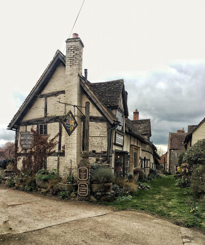 Fleece Inn un tradizionale pub nella campagna inglese