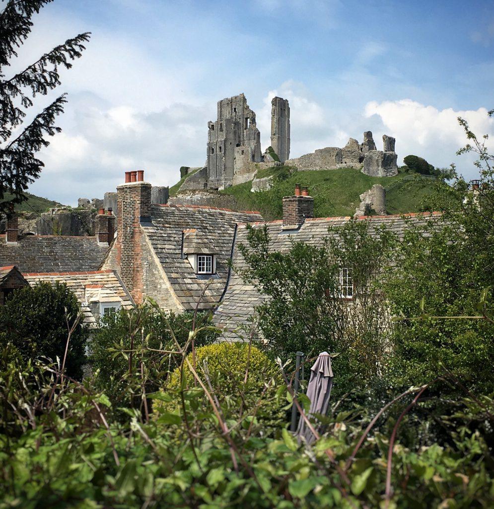 le rovine di Corfe Castle viste dal villaggio