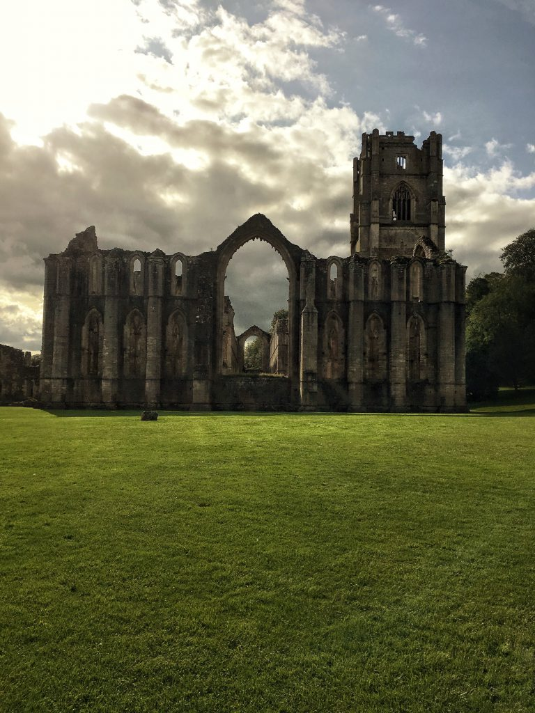 le spettacolari rovine di Fountains Abbey al tramonto
