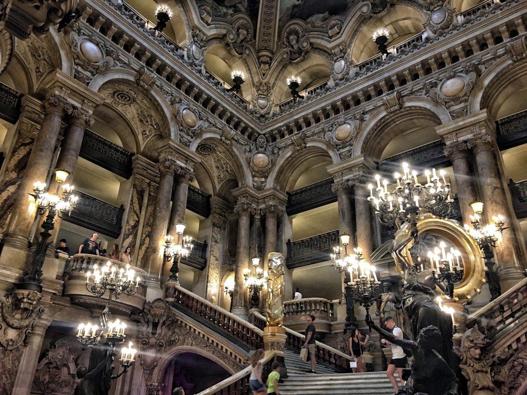 La stupenda scala che vi accoglie all'Opera di Parigi