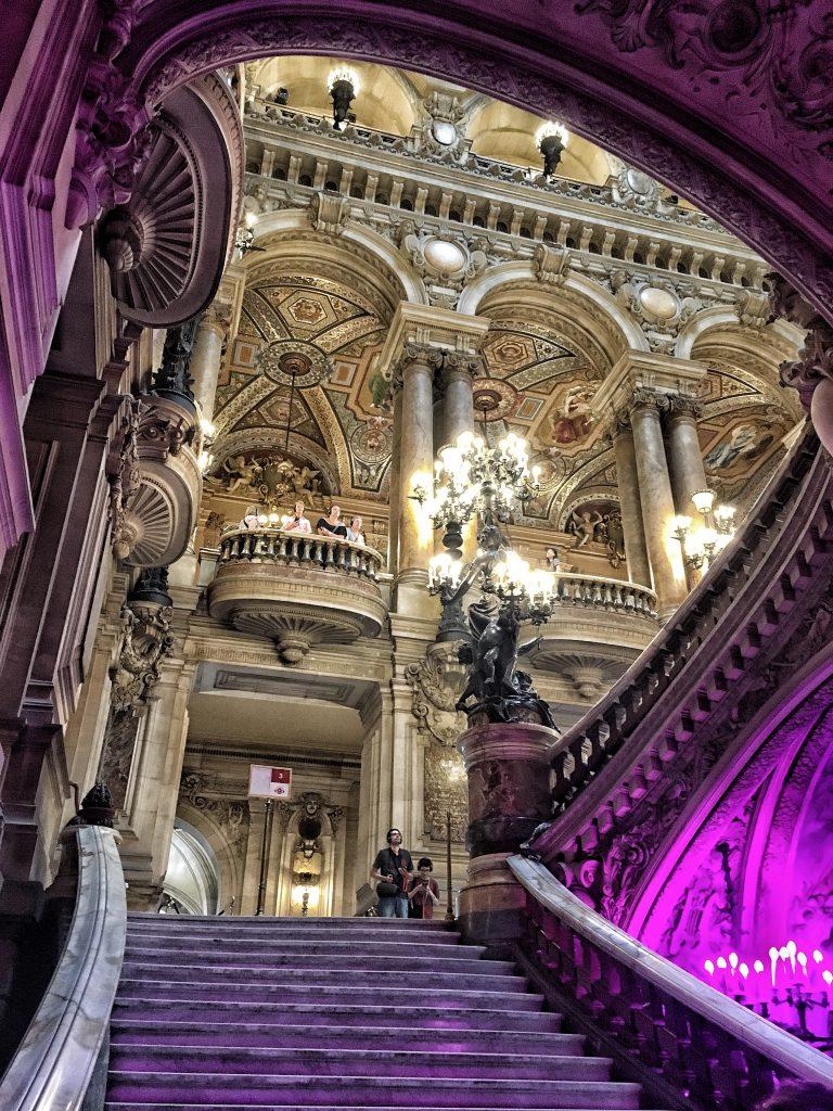 lo scenografico scalone dell'Opera di Parigi