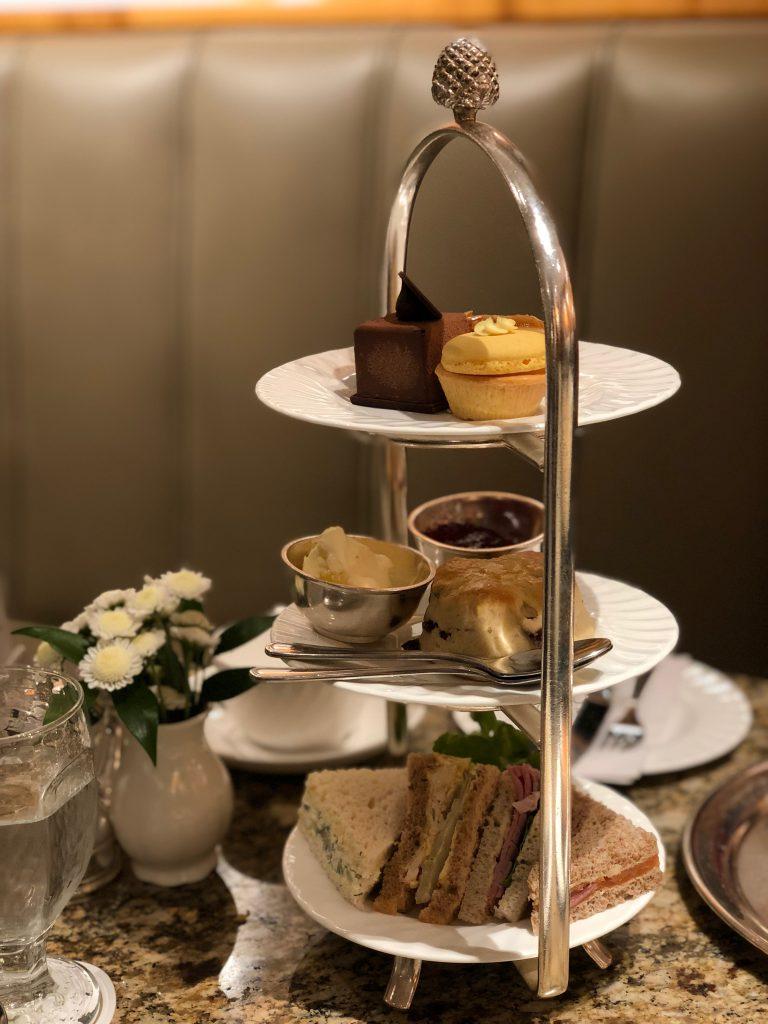 L'Afternoon Tea viene tradizionalmente servito su una alzatina a tre piani