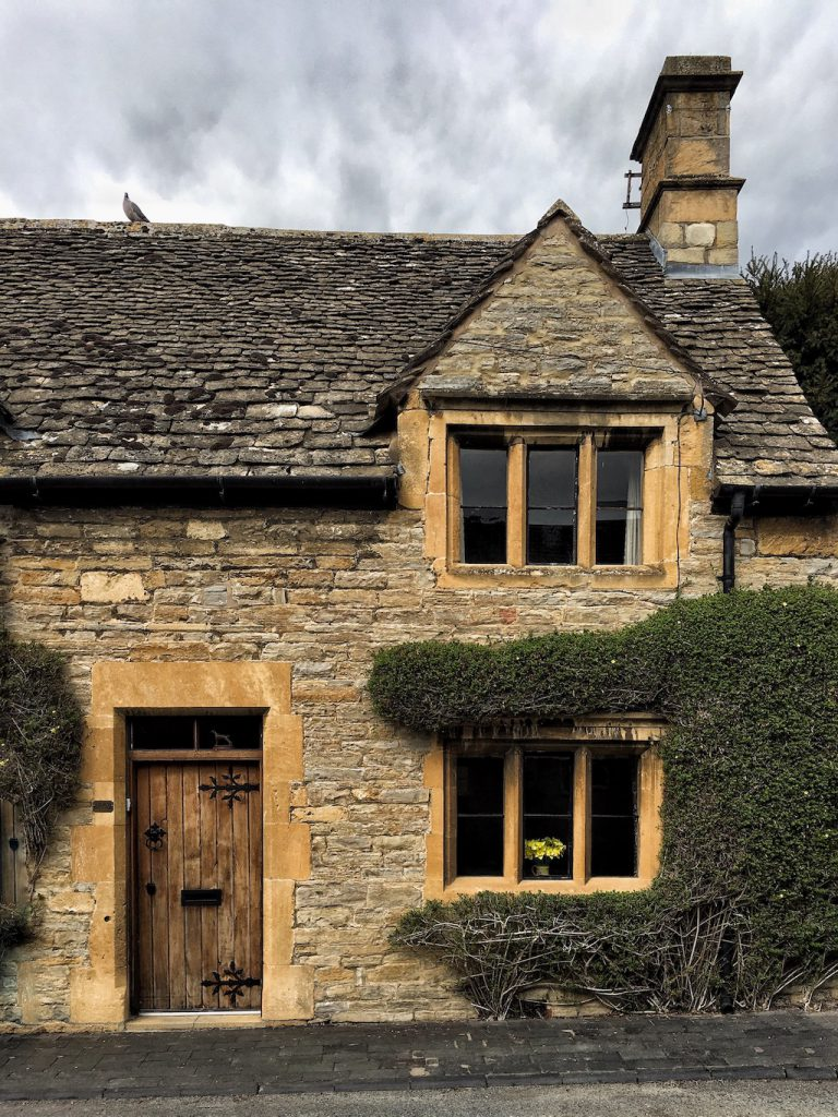 Un tipico cottage nelle Cotswolds nella campagna inglese