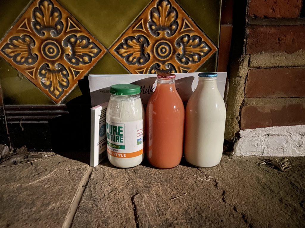 Il milkman consegna latte a domicilio a Londra