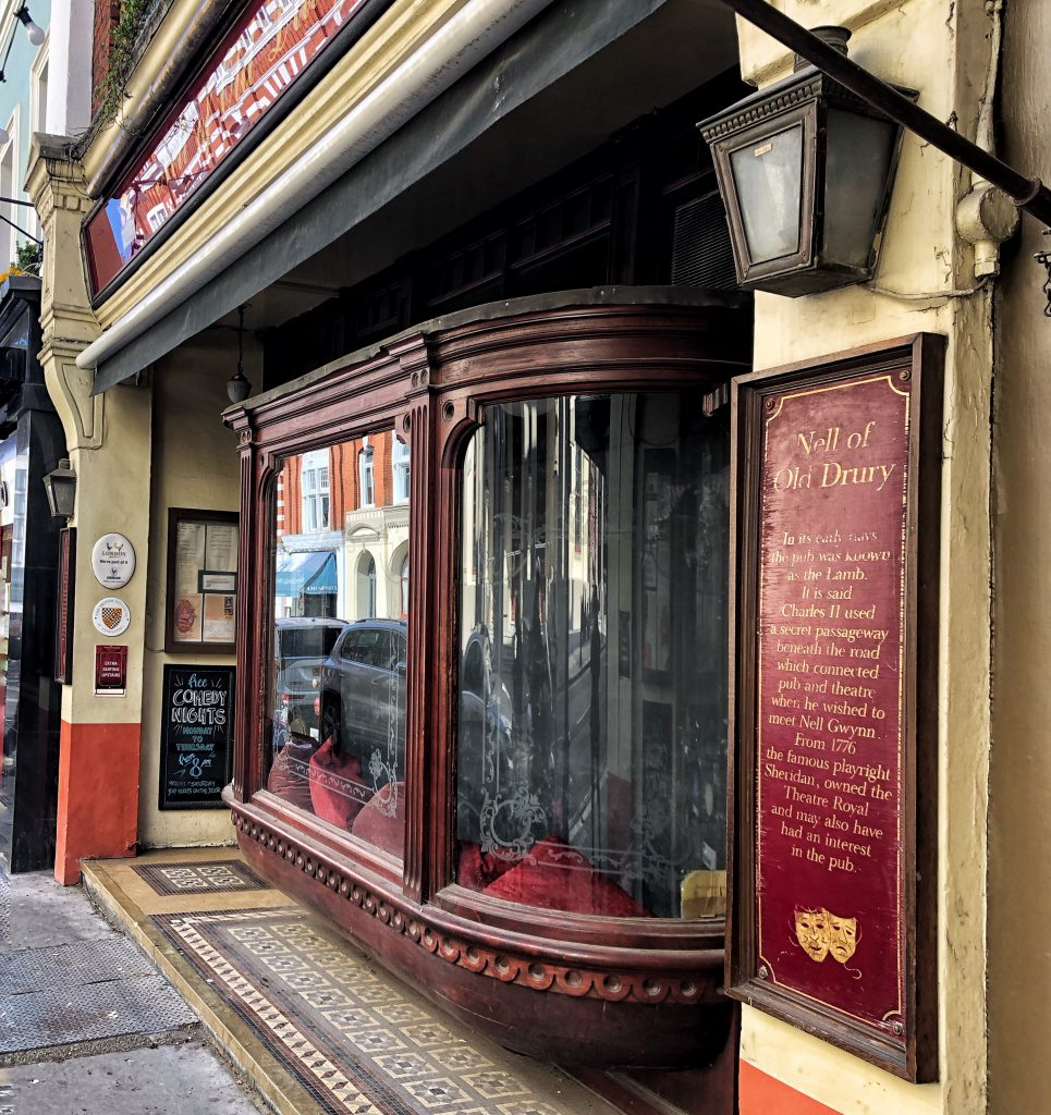 Il pub dedicato a Nell Gwynn, sembra avesse un passaggio segreto che conduceva al teatro.