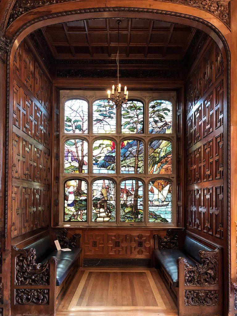una delle magnifiche vetrate istoriate